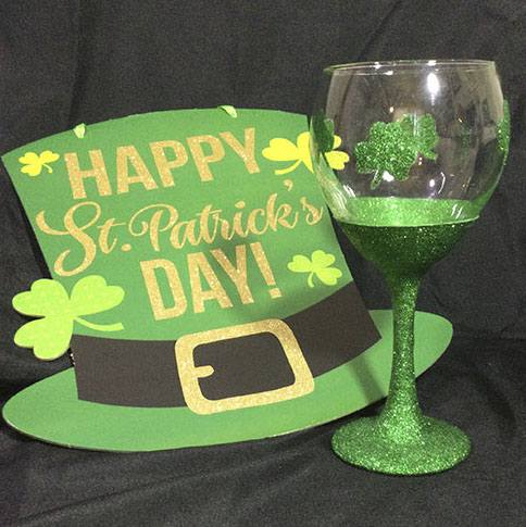 ''St Pats Glitter Wine Glass