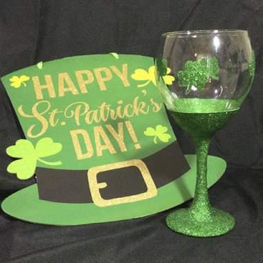 ''St Pats Glitter Wine Glass